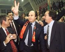 João Vale e Azevedo, com um cachecol ao pescoço, faz um 'V' de vitória no final da Assembleia Geral do Benfica (1998)