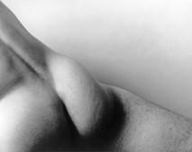 Artista fotografa-se nu para mostrar corpo sem limites