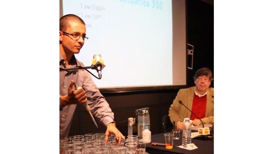 Carlos Fiolhais e David Marçal apresentaram o livro 'Pipocas com telemóvel'