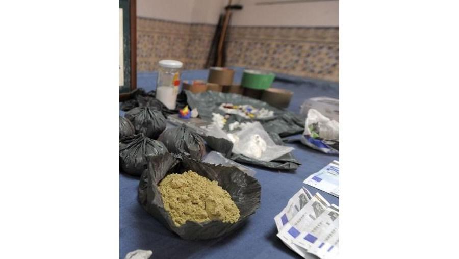 Várias doses de drogas foram apreendidas