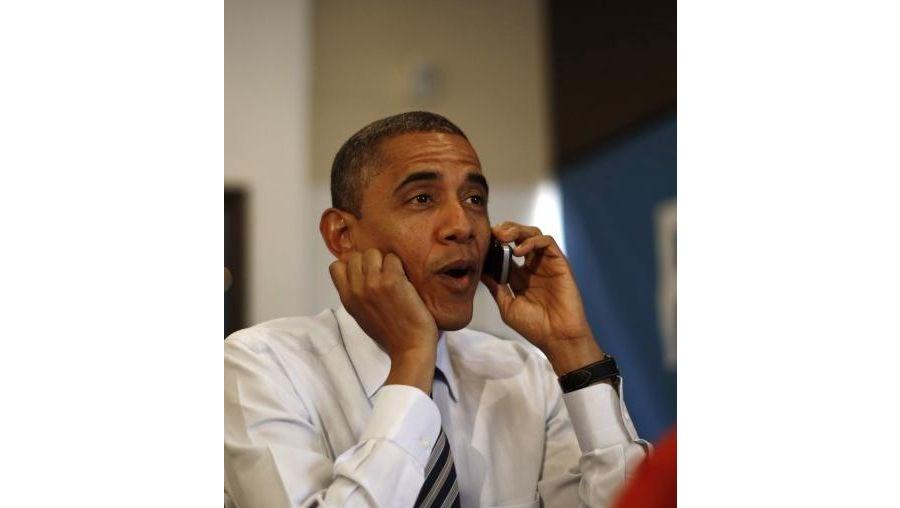 Sentado numa mesa com quatro funcionários da campanha, Obama começou a fazer chamadas
