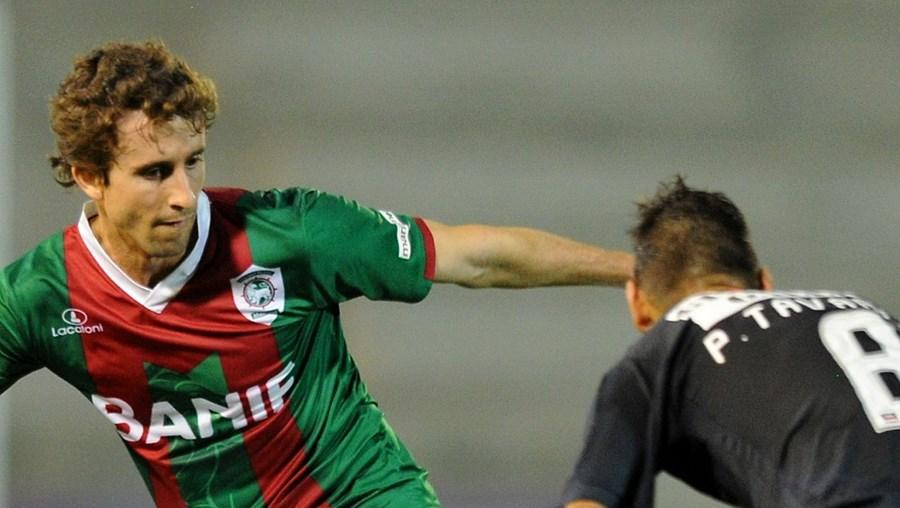 Rafael Miranda e Pedro Tavares lutam pela posse de bola