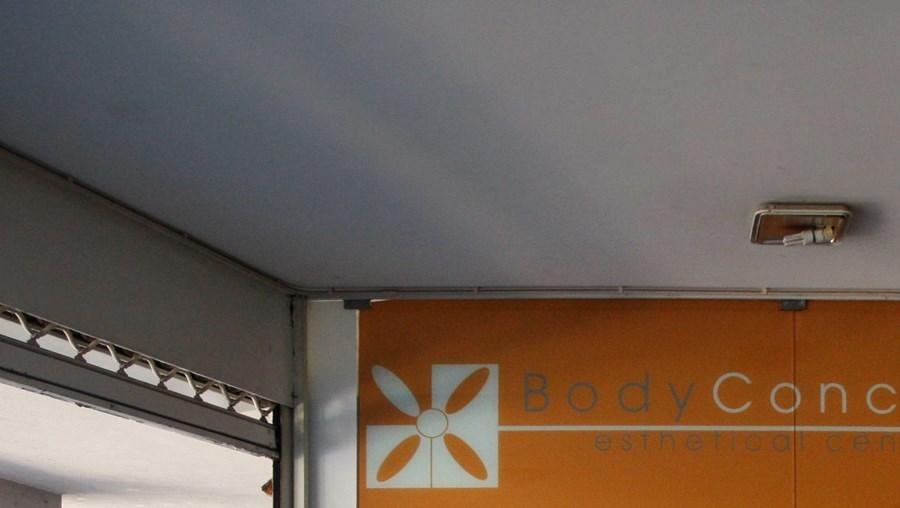 Ladrões partiram a montra de vidro da Body Concept para furtar máquinas