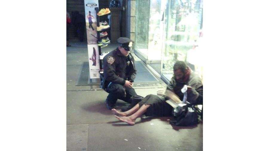 Sensibilizado, o agente deslocou-se a uma loja e comprou calçado e meias por pouco mais de 40 euros