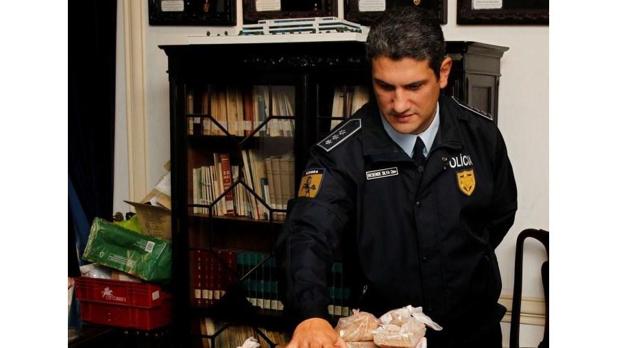 Comissário Jorge Resende da Silva mostra os 28 quilos de heroína apreendidos anteontem