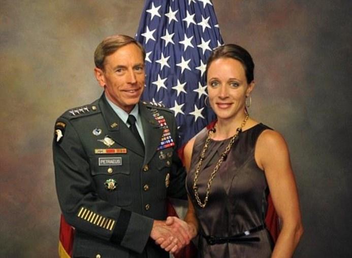 Paula Broadwell fez a biografia de David Patraeus e... tornou-se amante do ex-comandnate da guerra do Iraque e Afeganistão