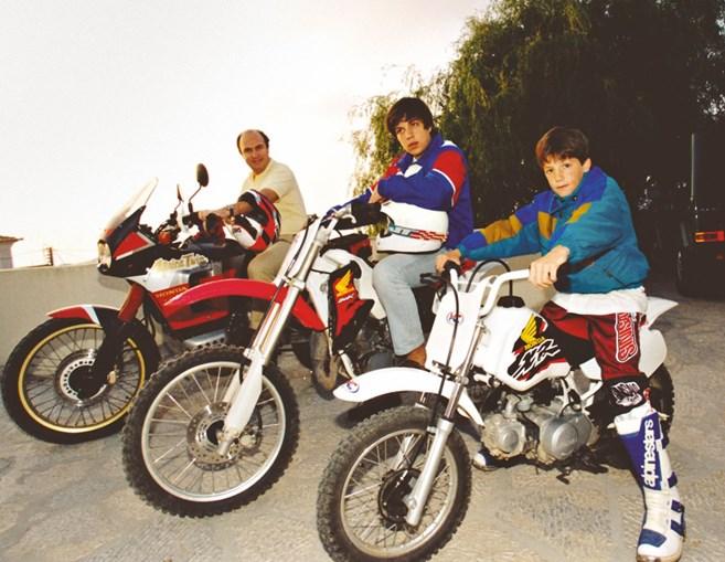 Maio de 1998: João Vale e Azevedo posa com os filhos, Francisco e João, na casa de Sintra, antes de um passeio de mota