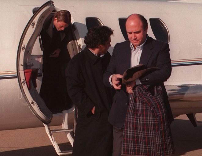 Transferência de Cadete. O jogador na companhia do empresário e do presidente do Benfica à chegada ao aeroporto de Lisboa (1998)