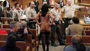 Activistas despem-se em protesto contra lei que proíbe nudez