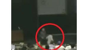 Estudante acorda em pânico após pesadelo na sala de aula (COM VÍDEO)