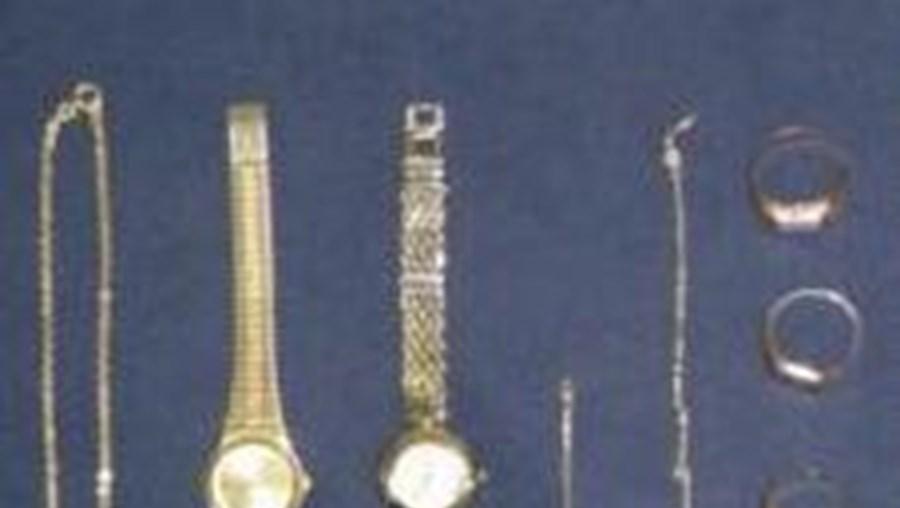 """Do interior da sua viatura foram terão sido furtados vários objectos em ouro e relógios avaliados pela vítima em mais de """"80 mil euros"""""""