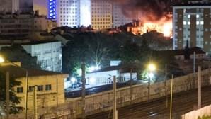 Fogo em prédio desaloja catorze
