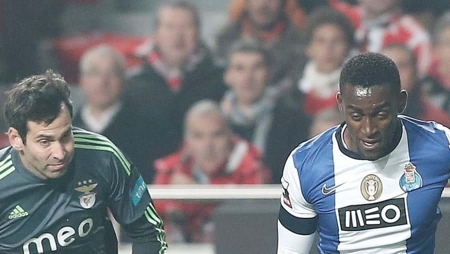 Colombiano Jackson Martínez aproveita falha do guarda-redes Artur e vai marcar o 2-1 para o FC Porto (14').
