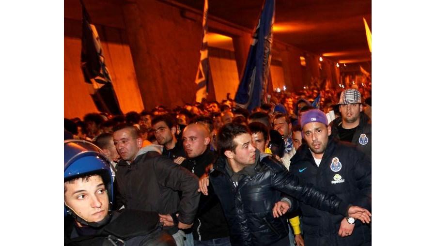 O trajeto dos adeptos portistas da Pontinha até ao Estádio da Luz foi feito com rapidez, apesar do rebentamento de três petardos.