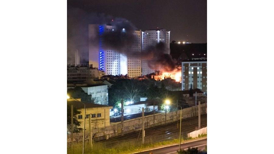 Chamas tiveram origem no 2.º andar do prédio e, ao atingirem a cobertura, eram visíveis a centenas de metros, durante a madrugada
