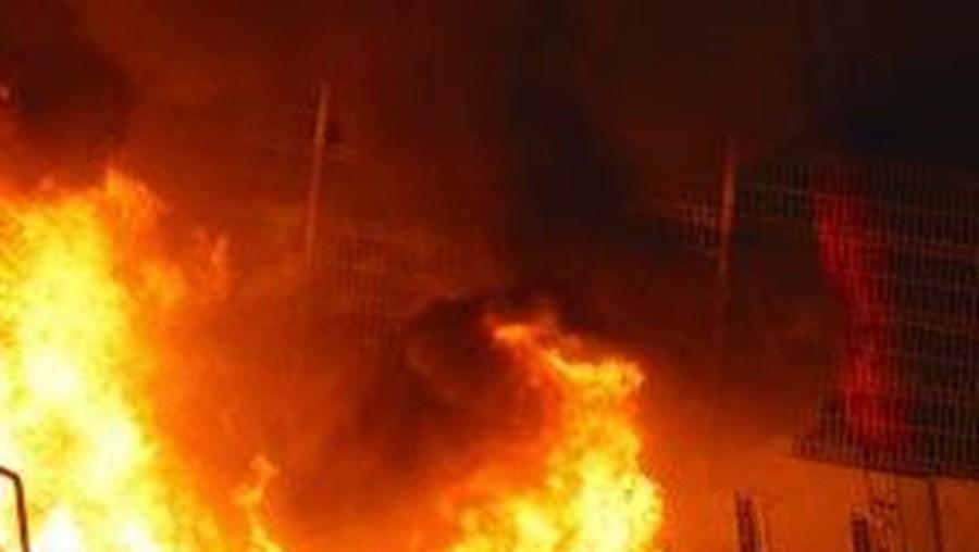 Dérbi terminou com incêndio nas bancadas