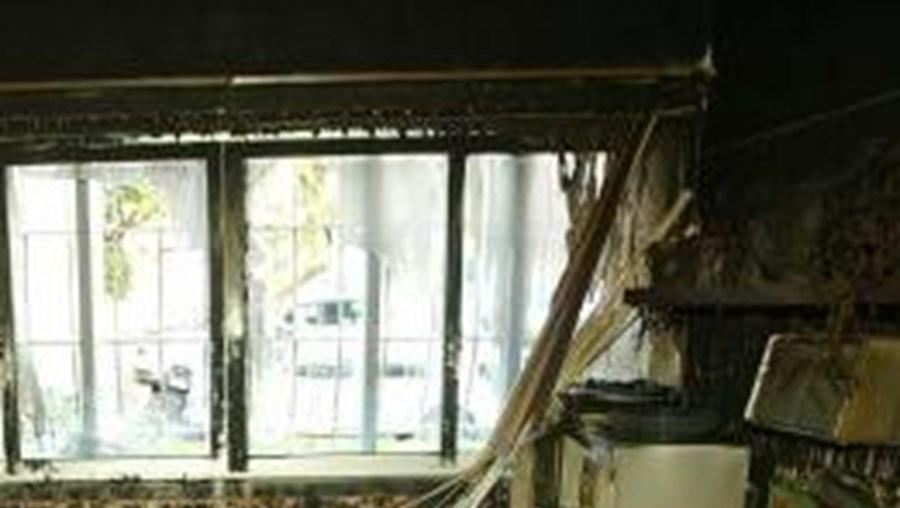 Incêncio destruiu sala e cozinha da habitação