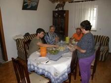 O padre José Fernando num jantar com amigos.