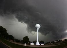 Caçador de tornados no meio da tempestade