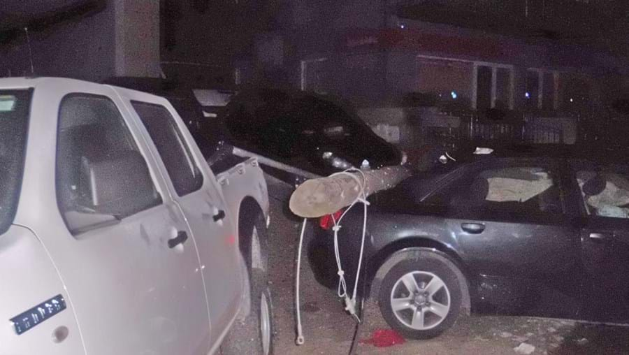 Audi em que seguiam os jovens abalroou quatro carros estacionados, após galgar o passeio