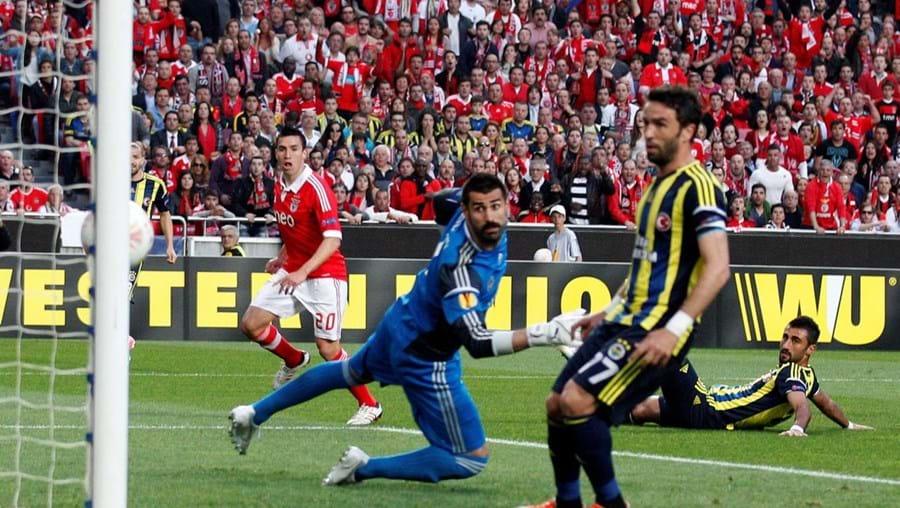 Volkan e Gonul ficam a olhar para a bola no golo de Gaitán (n.º 20), o 1.º do Benfica