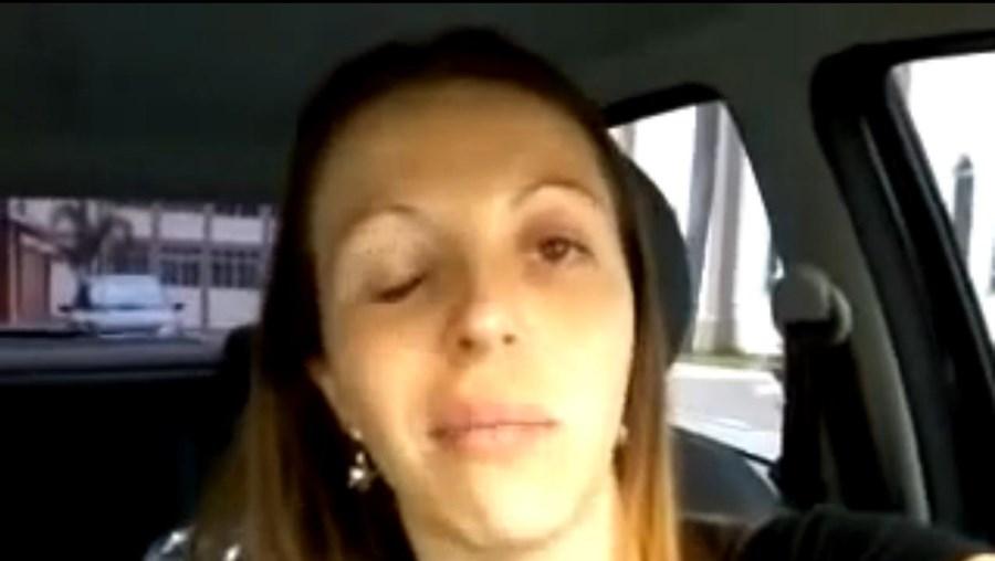 Mulher anestesiada ri de si própria