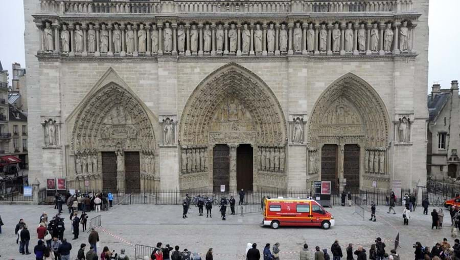 Autoridades evacuaram ontem a catedral, no centro de Paris, que recebe diariamente 38 mil pessoas