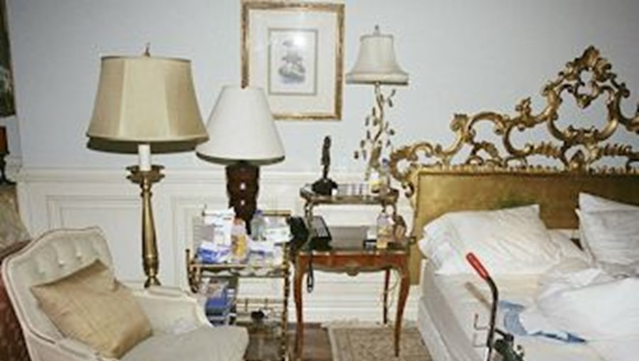 Embalagens de medicamentos, garrafas de oxigénio e outros utensílios médicos faziam parte da decoração do quarto do cantor