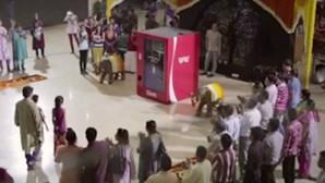 Coca-Cola une Índia e Paquistão com 'máquina da amizade'