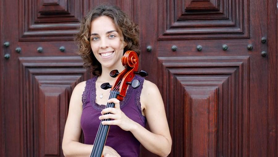 Adriana Ceia, de 27 anos, com o seu violoncelo, junto à igreja de São Roque, em Lisboa