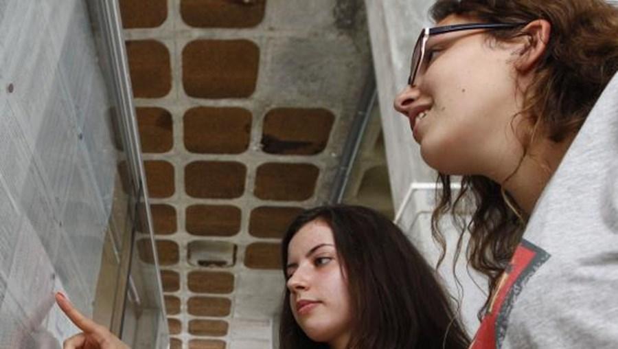 Escola Secundaria José Gomes Ferreira em Benfica sobre a afixação dos resultados dos exames de português de 12º ano