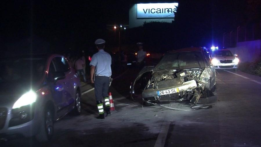 O carro ficou completamente destruído após o violento embate que feriu os dois jovens