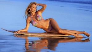 Rute Penedos em pose sensual na praia