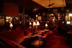 8. Bar Procópio: Já com 40 anos, distingue-se dos outros bares da cidade por pormenores como a obrigação de se tocar à porta para entrar e a decoração entre o bordeaux e o dourado