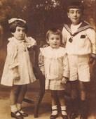 Álvaro Cunhal nasceu em 1913, sendo o irmão mais novo de Maria Mansueta e António José, ambos falecidos muito cedo. Mais tarde nasceu a irmã Maria Eugénia