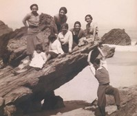 Os primeiros anos de vida de Álvaro Cunhal tiveram episódios tão comuns quanto idas à praia. Mas já então parecia suster o Mundo com os seus braços