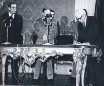 A revolução de 25 de abril de 1974 permitiu-lhe regressar a Portugal, tornando-se ministro sem pasta em governos provisórios