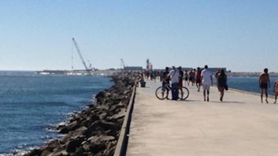 Homem estava a andar de bicicleta no paredão, quando tombou para as rochas