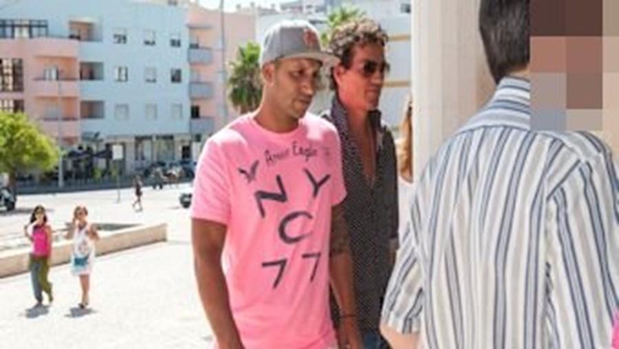 Rodrigo Menezes (à direita na foto) à chegada ao Tribunal de Loulé, onde foi ouvido pelo juiz, anteontem à tarde