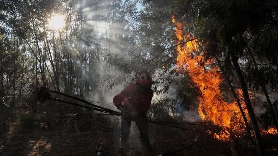 O incêndio deflagrou às 13h47 e atualmente encontra-se com uma frente ativa
