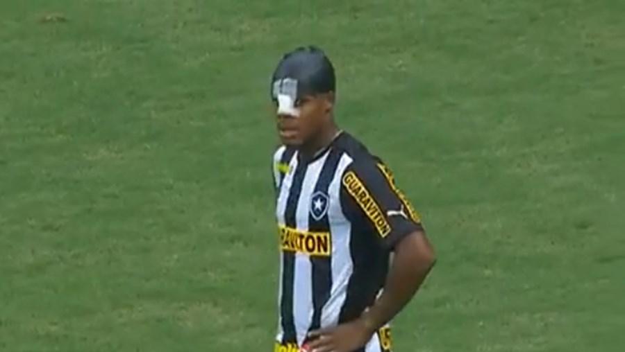 André Bahia de 29 anos marcou um golo caricato