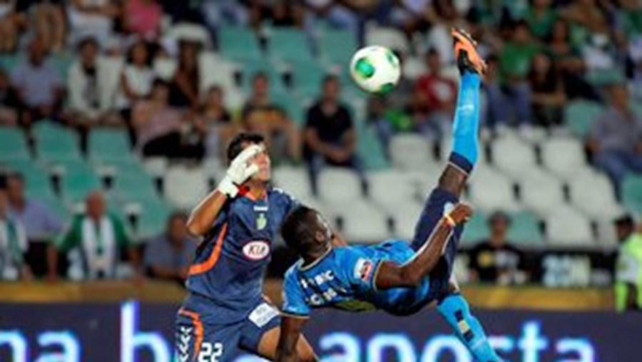 Colombiano Jackson Martínez em lance acrobático