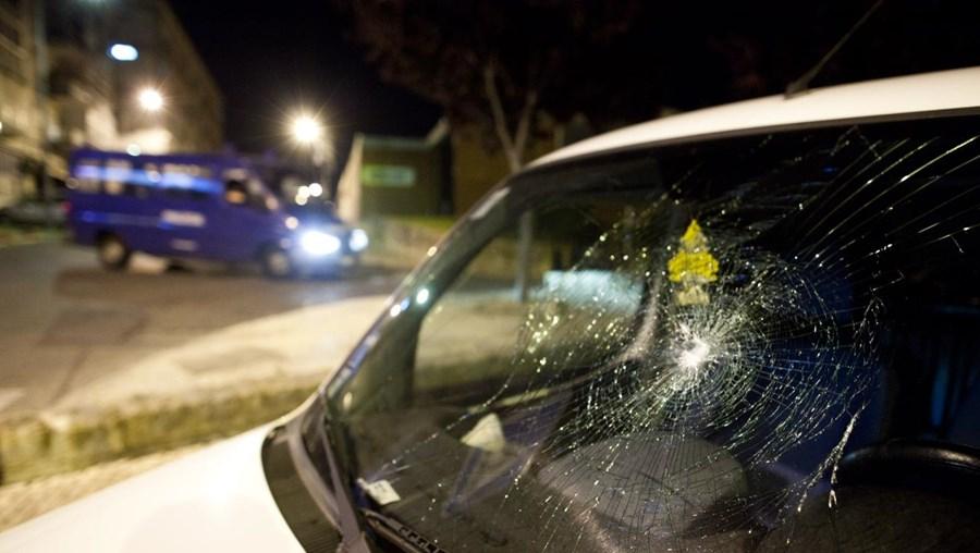 Os danos nos carros provocados pelo marido agressivo são visíveis