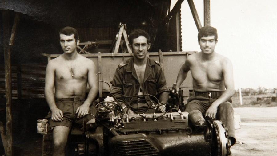 Eu (ao centro) e dois camaradas na oficina do Cazombo junto ao motor de uma Berliet