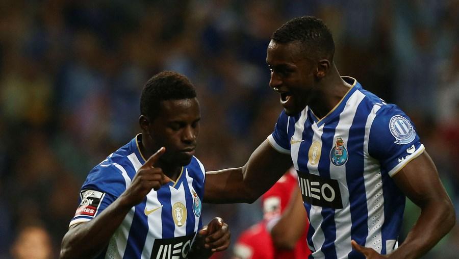 Varela festega o 1.º golo do FC Porto com Jackson