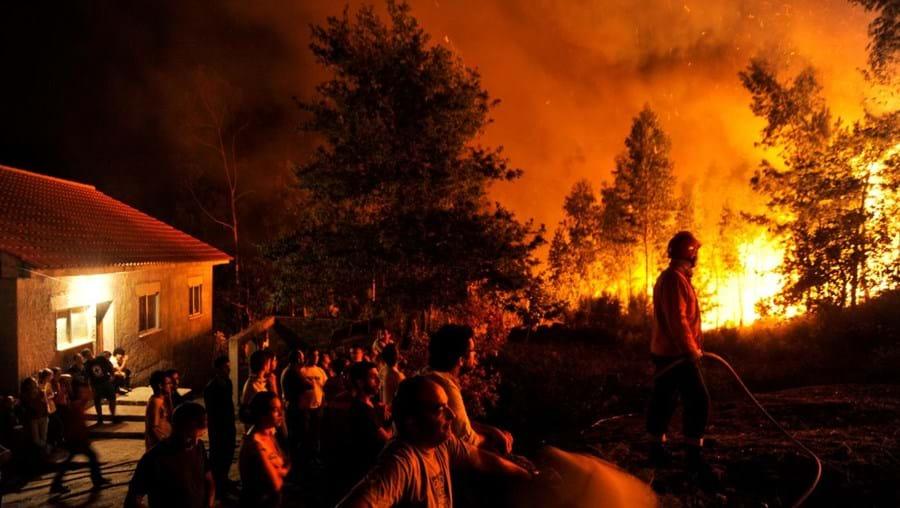 Populares ajudaram os 270 operacionais dos bombeiros a combater as chamas em Outeiro