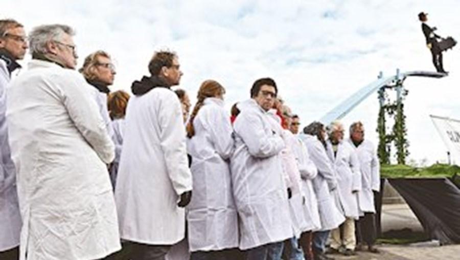 Membros de organizações ambientais não-governamentais protestaram em Estocolmo