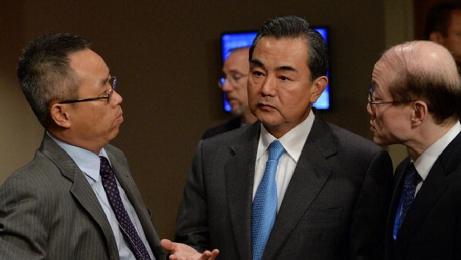 Wang Yi, ministro chinês (ao centro), fala com assessores do Conselho de Segurança das Nações Unidas