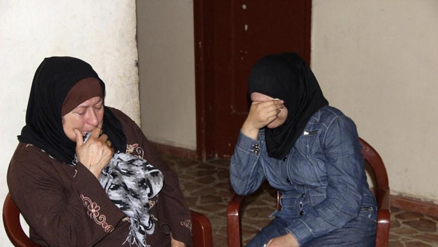 Mulheres choram morte de familiares no naufrágio