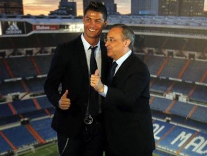 Ronaldo ao lado de Florentino Pérez, depois de assinar o contrato